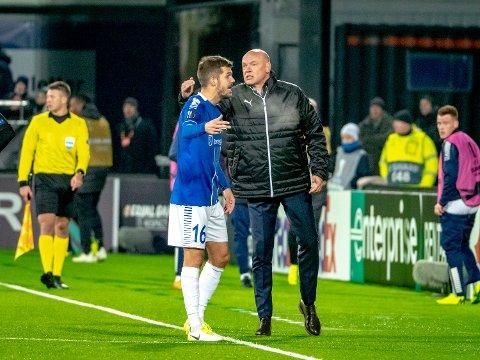 Malmös hovedtrener Uwe Rösler og Sarpsborg 08s spiller Joachim Thomassen (16). (Foto: Thomas Andersen)