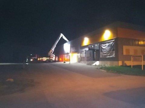 Politiet måtte lørdag kveld få bistand fra Sarpsborg brann- og redningsvesen for å få kontroll over en mann som hadde kommet seg opp på taket av Minilager Norge i Industriveien.