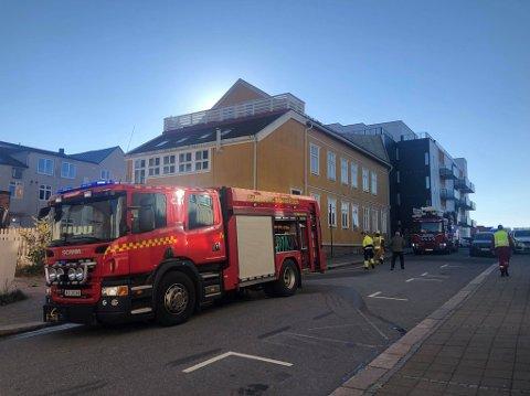 Sarpsborg brannvesen har søndag formiddag rykket ut etter melding om brann i St. Marie gate.