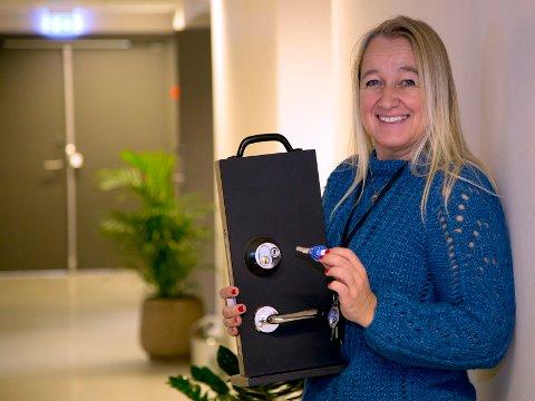 ELEKTRONISKE NØKLER: Mona Elise Kristoffersen, rådgiver i Sarpsborg kommune, viser frem de nye elektroniske nøklene som kommunen nå gir til brukere av hjemmetjeneste og trygghetsalarm.