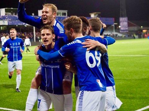Det ble en festaften for Sarpsborg 08 da de skrev historie og vant 3-1 mot Genk i klubbens aller første hjemmekamp i gruppespillet i Europa League torsdag kveld. Her jubler Sarpsborg 08-spillerne etter Kristoffer Zachariassens 2-1-scoring i 2. omgang.