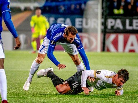 Måtte gi seg: Ole Jørgen Halvorsen feller Genks spiller Ruslan Malinovskyi, men måtte gi seg med skade.