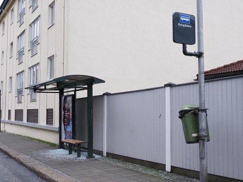PELLYGATA: Også i Pellygata var et busskur ødelagt og glasskår lå i gata lørdag.