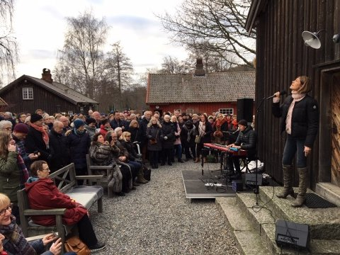 Godt besøk: Da Kari Bremnes åpnet førjulsutstilluingen på Soli Brug sist helg, var hele tunet fullt av folk.