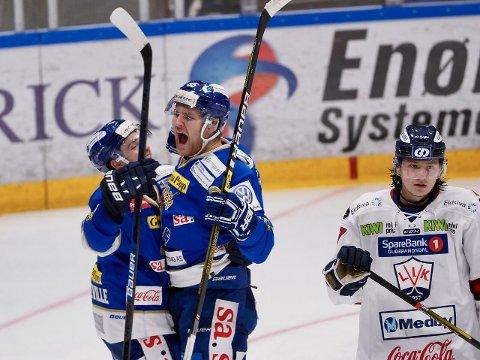 Sparta-duoen Didrik Nøkleby Svendsen og Peter Quenneville jubler etter Svendsens 4-3-mål i 3. periode i hjemmekampen mot Lillehammer lørdag. Sparta vant til slutt 6-3. (Foto: Thomas Andersen)