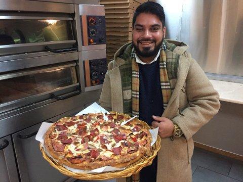 GIR TILBAKE: Daglig leder Vikram Bassi i nyåpnede Super Pizza på Valskjold skal gi tilbake til lokalsamfunnet i jula. Det samme skal Fredrikstad-avdelingen til Super Pizza.