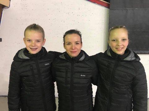 FORNØYD: Sarpsborg Skøyteklubb fikk gode resultater i Bergen. Fra venstre: Celine Michalsen, trener Anna Jurkiewich og Emma Linnea Eriksen.