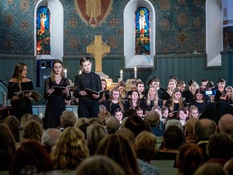 JULESTEMNING: I samarbeid med Tune Rotaryklubb inviterte elevene på musikklinja ved Greåker videregående skole til julekonsert i Tune kirke fredag kveld.