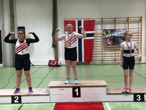 PÅ PALLEN: Sarpsborg Roklubbs Maria Grønberg Møller (i midten) og Aurora Begaj (t.h.) på pallen i NM i ergometerroing i helgen.