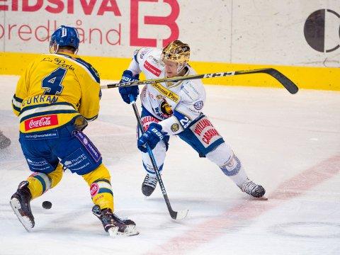 PÅ SIDELINJA: Spartas  Niklas Roest (28) er ilagt tre kampers karantene. Til høyre: Storhamar-spiller Kodie Curran.
