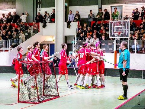 Greåker IBK vant eliteserien i innebandy denne sesongen. Onsdag 14. mars innleder de NM-sluttspillet med den første kvartfinalekampen mot Akerselva hjemme i Tindlundhallen. Dette bildet er fra seriekampen mot Tunet 4. mars. (Foto: Tobias Nordli)