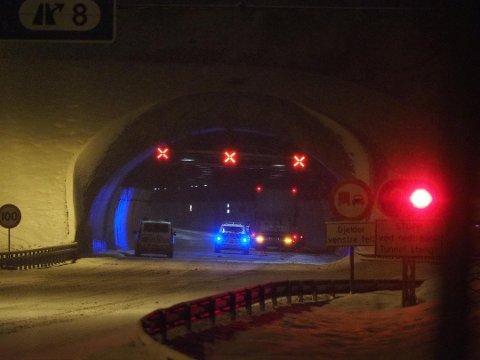 Lastebilsjåføren som søndag kveld skal ha dyttet en personbil over en strekning på halvannen kilometer på E6 søndag kveld, har vedtatt et forelegg på 8.000 kroner for overtredelse av veitrafikkloven. Den ukrainske sjåførens førerkort er også beslaglagt.