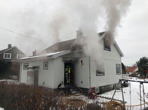 Det kommer mye røyk fra boligen som har tatt fyr på Navestad. Brannvesenet gar iverksatt slukking på stedet.