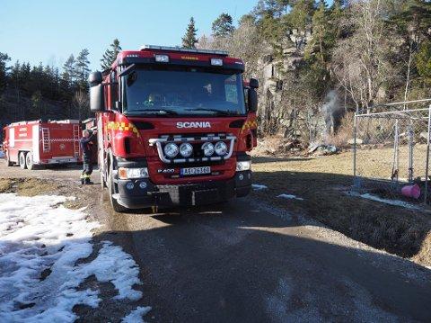 Brannvesenet har rykket ut til Solli. (Foto: Tobias Nordli)