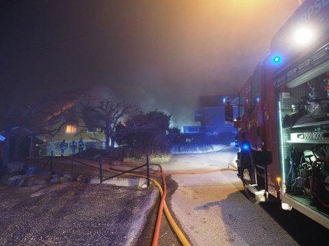Brannvesen fra Fredrikstad og Sarpsborg rykket begge ut etter å ha motatt melding om brannen natt til fredag.