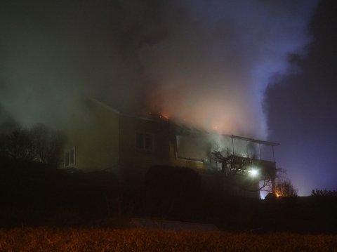 Det kom mye røyk fra brannen.
