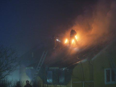Brannvesenet jobbet intenst med å få slukket brannen i bolighuset på Torp natt til fredag.