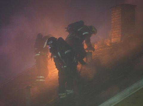 Det brant ved to-tiden fortsatt godt i taket på huset, til tross for at brannvesenet meldte at de hadde kontroll.