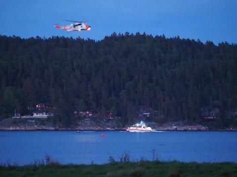 Redningsskøyte og redningshelikopter jobbet på stedet. (Alle bilder: Tobias Nordli)