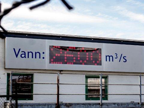 LURESKILT: 12. mai viste skiltet ved Sarpsfossen 2600 kubikkmeter vann per sekund. Det korrekte tallet var 2147.