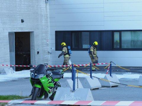 Brannvesenet jobbet ved en inngang like ved akuttmottaket på sykehuset.