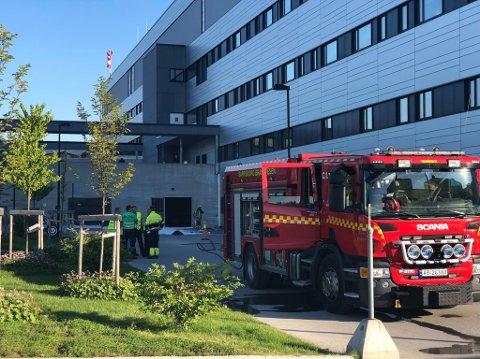 Brannvesenet og politiet rykket fredag morgen ut etter melding om en fomalin-lekkasje på Sykehuset Kalnes.
