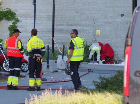 Mannskaper fra Sarpsborg brannvesen jobbet lenge på stedet fradeg.