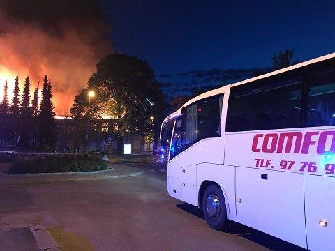 En buss kom for å hente mennesker som var blitt evakuert i forbindelse med brannen i Sefa-bygget. De ble fraktet til hotell og sykehjem. (Foto: Bernt Lyngstad)