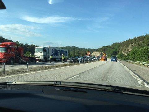 En lastebil har truffet en personbil som sto stille langs E6 i retning Strömstad. Ulykken har skapt lange køer.