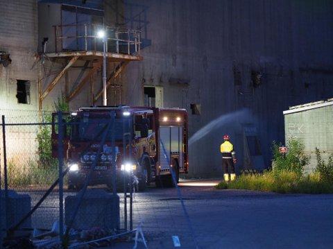 Brannvesenet jobber med å få kjølet ned propanflasken som brenner ved det gamle smelteverket.