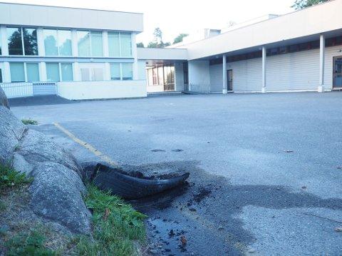 Et dekk far nesten helt utbrent på stedet da brannvesenet ankom Hornnes skole.