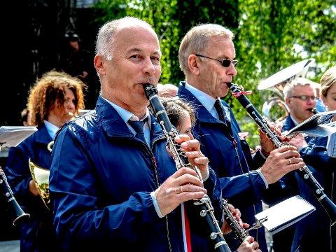 Korpsleder Svein A. Halvorsen de øvrige musikantene i Sarpsborg Janitsjarkorps gleder seg til lørdagens sommerkonsert på Sarpsborg torg.