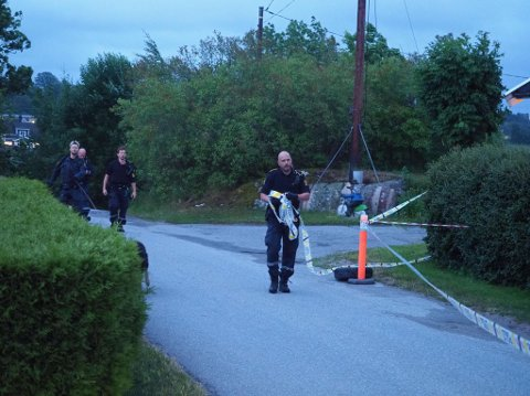 Politiet har sperret av et større område rundt åstedet mandag kveld.
