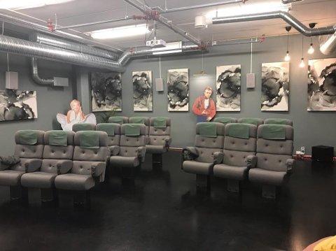 Her er de første bildene av den nye kinosalen som mandag åpnes på Hovseterhjemmet i Oslo for de eldre beboerne. Kinoen har overtatt kinostoler fra Frogner kino.