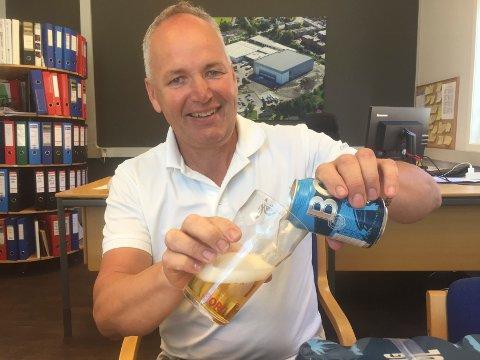 ØL: Fabrikksjef Morten Brostrøm og de andre ved Hansa Borgs avdeling tapper øl på høygir om dagen. Økningen til restaurantene i Østfold i mai var på 40 prosent.