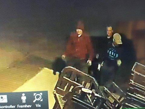 Disse tre gjerningspersonene ble fanget opp på overvåkningskamera i forbindelse med innbruddet på Rema 1000 på Iseveien natt til fredag. Politiet utelukker ikke at de kan stå bak ytterligere tre innbrudd i det samme området de siste dagene, og er svært interessert i tips og opplysninger om disse personene.