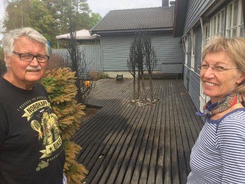 REDDET: Flaks og gode naboer var med og berget huset til Oddbjørn Stenberg, som selv befant seg på Sørlandet da det begynte å brenne på Hasletoppen lørdag. Til høyre står Heidi Lunde, som selv var med å slå ned flammene i gjerdet mellom henne selv og en annen nabo. I tre timer var hun i sving med egen hageslange.