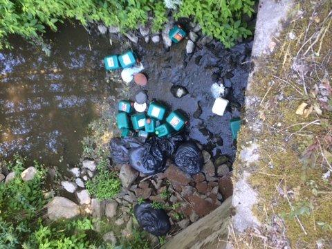 Forsøpling i Skjebergbekken.