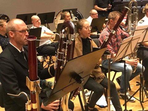 TALENTFULL MUSIKER: Stine Lorentzen (i midten) fra Sarpsborg Janitsjarkorps og Sarpsborg Jente- og Guttekorps spiller med Sjøforsvarets Musikkorps denne uken.