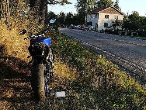 PARKERT: Motorsykkelen som var involvert i ulykken ble parkert langs veien.