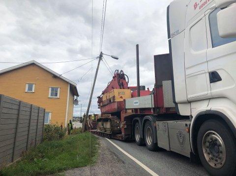 En lastebil har kjørt inn i en lyktestolpe og flere ledninger har ramlet over veien.