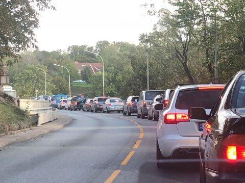 Det er mandag ettermiddag saktegående trafikk over Sarpsbrua i retnng Hafslund.