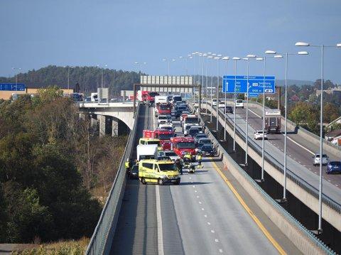 ULYKKE: To biler og en liten lastebil var involvert i ulykken torsdag ettermiddag. En person klagde på smerter i ryggen etter hendelsen.