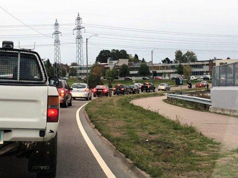 KØ: Lysreguleringen på Sarpsbrua ble fjernet like før klokken 07.45. Det utløste lange køer for bilister som skulle til jobb i Sarpsborg sentrum.