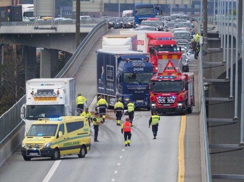 To vogntog har kollidert og sperrer all trafikk i sørgående felt.