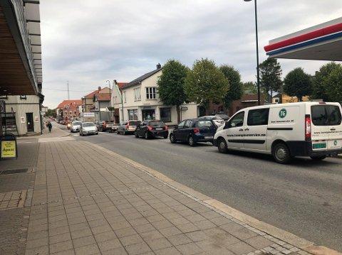 Køen ut av sentrum står helt til Sarpsborg kino.