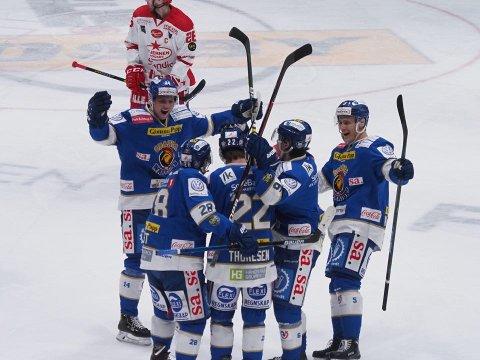 Sparta vant 5-1 mot Stjernen hjemme i Sparta Amfi torsdag. Her jubler de etter Sander Thoresens 2-0-mål i 1. periode. (Foto: Tobias Nordli)