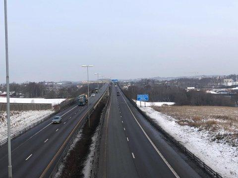 LITE KØ: Motorstansen skapte omtrent ingen utfordringer i trafikken på Sandesundsbrua torsdag formiddag.