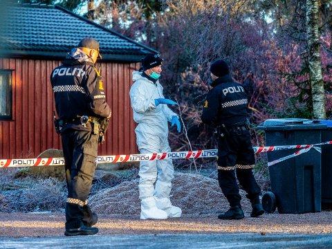 Politiet jobber fortsatt for fullt med taktisk og tekninsk etterforskning etter drapet på Moenskogen sist fredag. Politiet opplyser nå at siktelsen mot den drapssiktede 33-åringen er utvidet til også å gjelde grov kroppskrenkelse - men de vil ikke si overfor hvem.