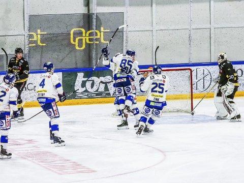 To scoringer: Christoffer Karlsen kunne juble to ganger i Schjongshallen for sesongens to første scoringer.Foto: Tobias Nordli
